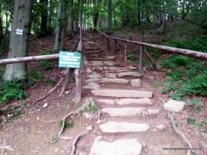 Wejście po poukładanych kamieniach jest bardzo niewygodne