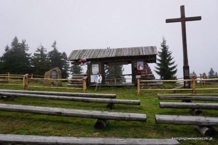 Szałasowy Ołtarz wybudowany w miejscu, gdzie papież Jan Pawel II, wtedy jeszcze Karol Wojtyła odprawiał mszę święta podczas wędrówki po Gorcach