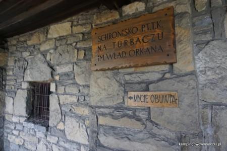 Wejście do Schroniska na Turbaczu