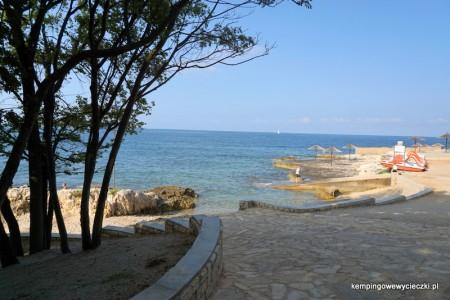 na zdjęciu kamienista plaża, kemping Zelena Laguna Poreć