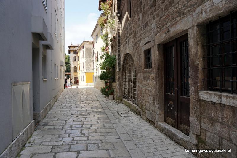 uliczki z wypolerowanymi kamieniami