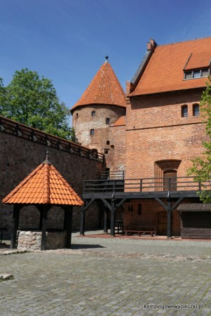 zdjęcie przedstawia dziedziniec zamku Krzyżackiego Bytów