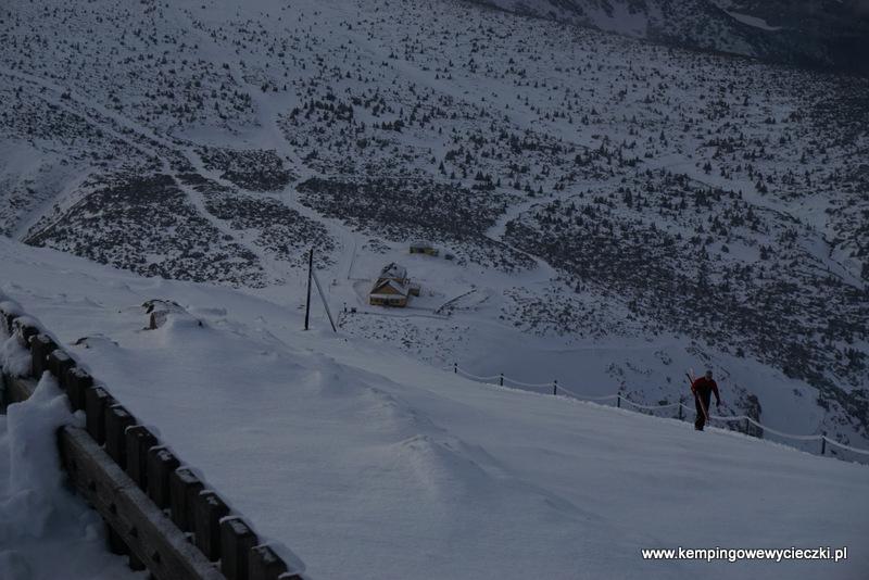 ze szczytu Śnieżki widać schronisko Dom Śląski