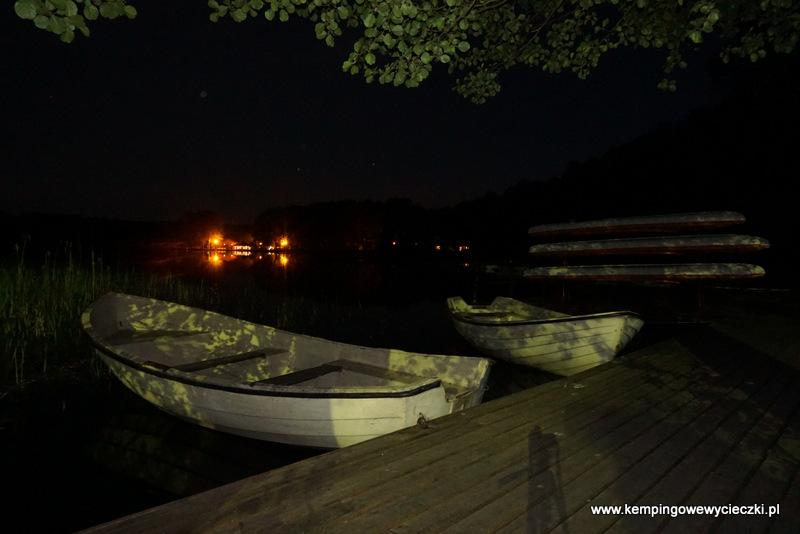"""Po drugiej stronie jeziora rozświetlony """"Kemping przy Lesie"""""""