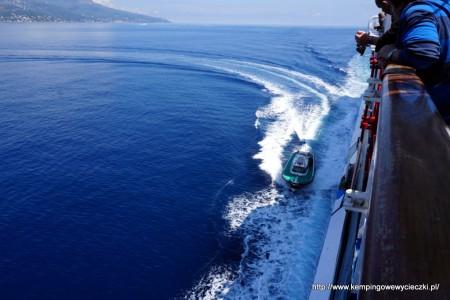 Przed wpłynięciem do portu w Bastii motorówka pilotarzowa dobiła do promu