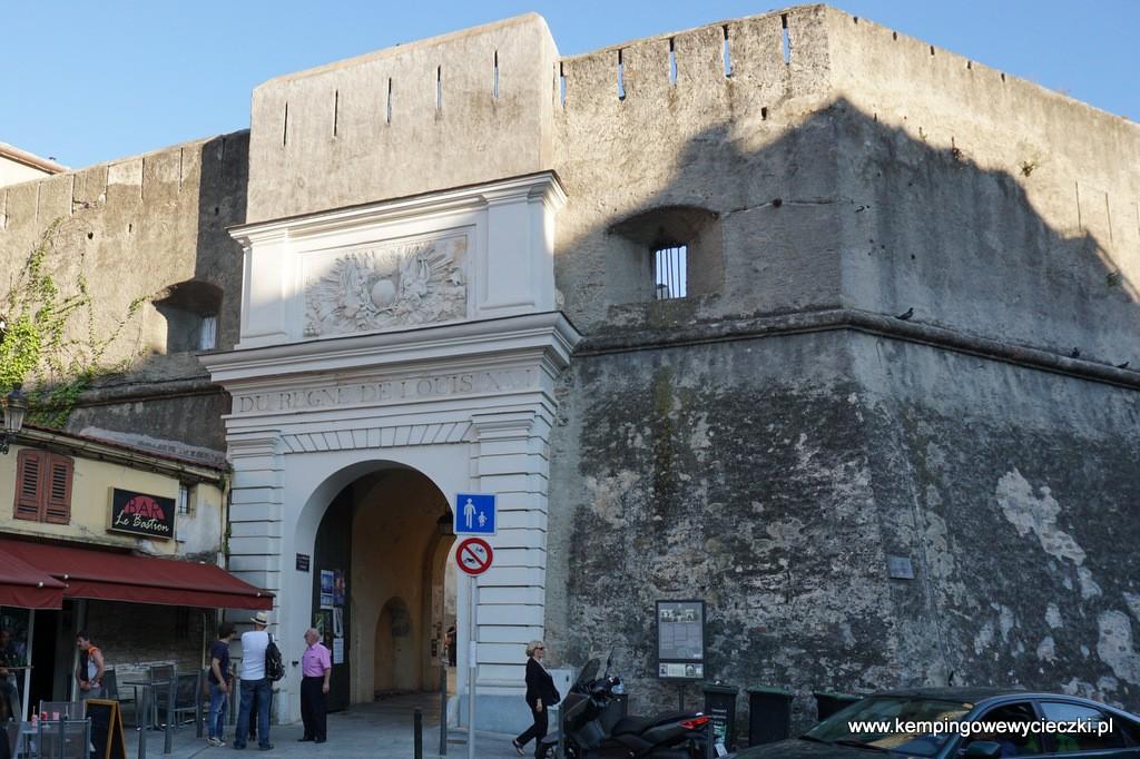 Wejście na cytadelę Bastii