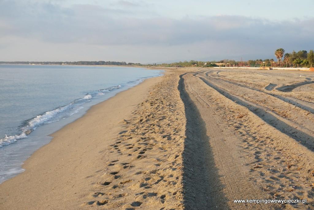 Plaża po nocnym sprzątaniu