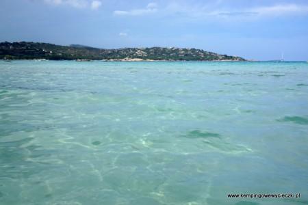 Szmaragdowy kolor morza na plaży Santa Gulia