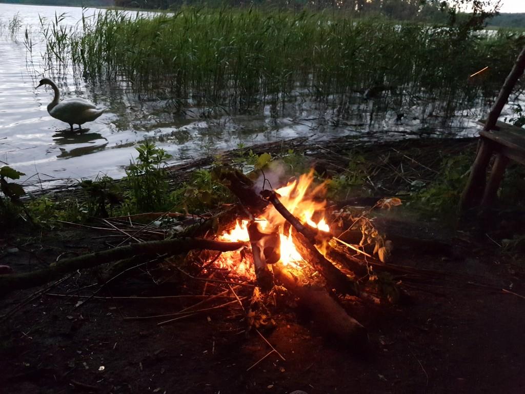 wieczór spędzamy przy ognisku