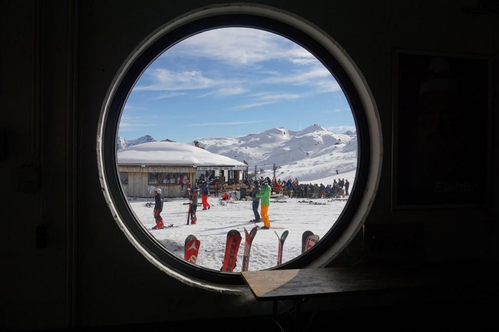 Widoczek przez okno stacji gondolowej