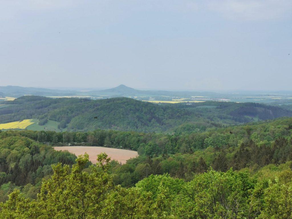 """Panorama na Góry Kaczawskie z widokiem na """"Śląską Fudżi"""""""